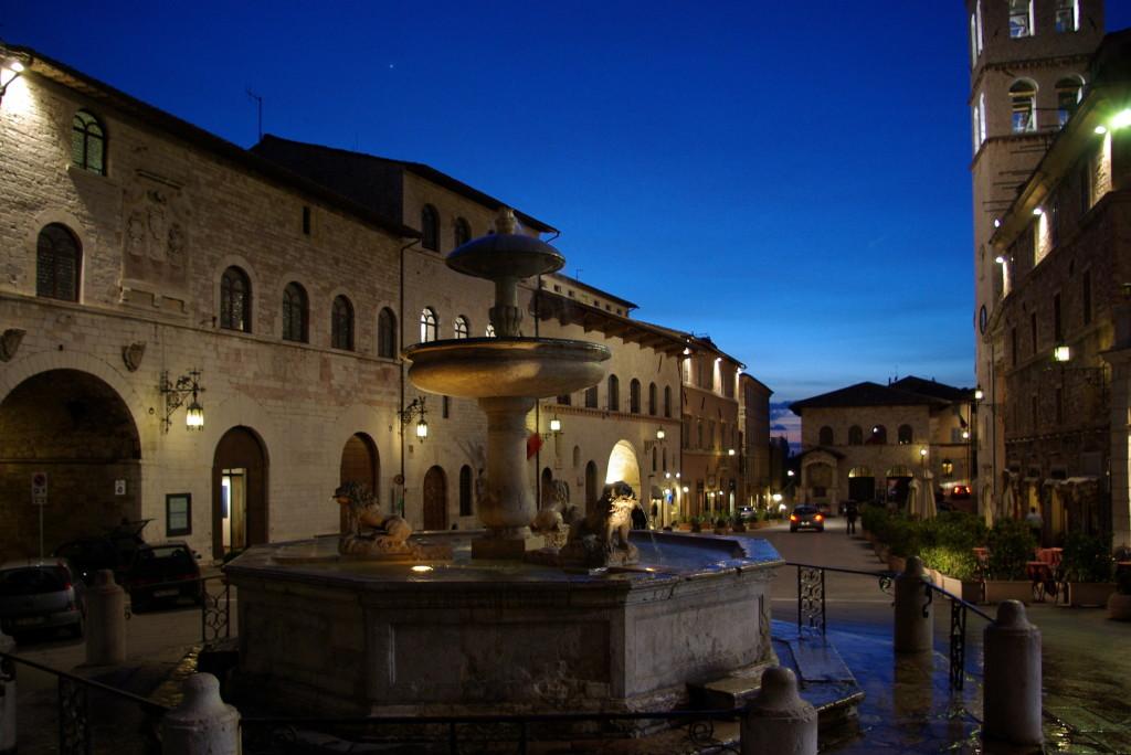 Assisi_Piazza_del_Comune_BW_71